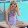 Niki J. Borger - deutsche Schauspielerin in Hollywood lernt Text am Pool